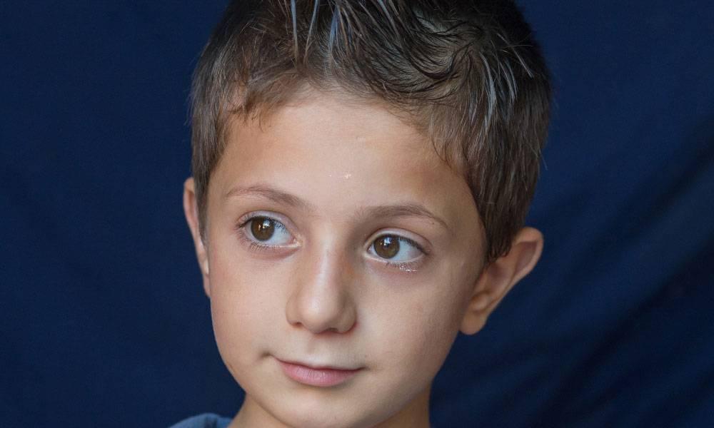 Abo ist fünf Jahre alt und kommt aus Aleppo. Vor zwei Jahren flohen er, seine Großmutter und sechs weitere Enkelkinder in den Libanon.