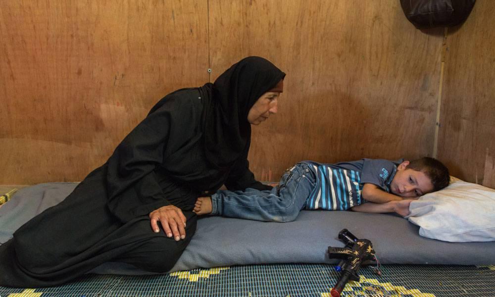 Auf der Flucht kaufe die Großmutter Abo eine Spielzeugpistole. Damit möchte er Flugzeuge abschießen, die Bomben auf ihn werfen möchte.