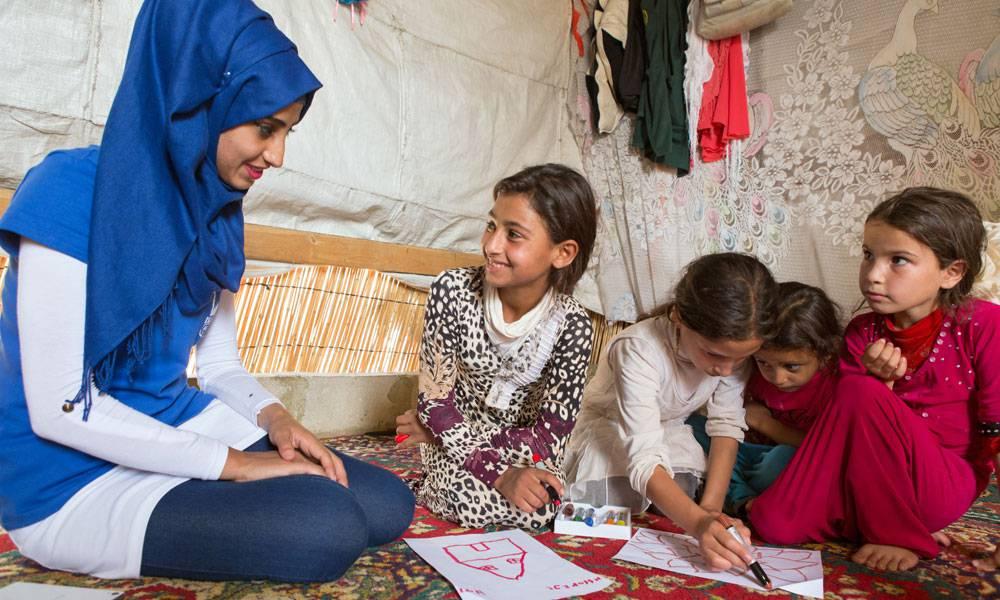 Islamic Relief-Mitarbeiterinnen wie Nawwar Hamadeh helfen den Kindern durch psychosoziale Programme, die Schrecken des Krieges zu verarbeiten